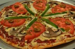 Jarska zdrowa pizza z pomidorem i pieczarkami obraz stock