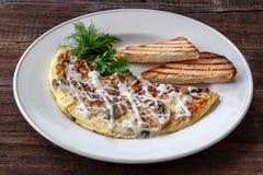 Jarski śniadanie: rozdrapani jajka z pieczarkami, zielenie i zdjęcie royalty free