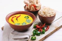 Jarski curry'ego Gujarati Kadhi z chickpea i jogurtem obrazy stock