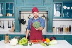 Jarski diety pojęcie kulinarny przepis Szefa kuchni kulinarny jarski przepis Jarskie kuchni bogactwa witaminy Mężczyzna szef kuch obrazy royalty free