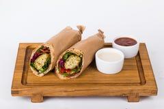 Jarski falafel shawarma na desce z kumberlandem Zdjęcie Stock