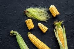 Jarski jedzenie Kukurydzani cobs na czerni drylują tło odgórnego widoku copyspace Fotografia Stock