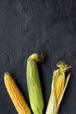 Jarski jedzenie Kukurydzani cobs na czerni drylują tło odgórnego widoku copyspace Zdjęcie Royalty Free