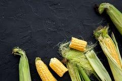 Jarski jedzenie Kukurydzani cobs na czerni drylują tło odgórnego widoku copyspace Obrazy Stock