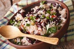 Jarski jedzenie: ryż z czerwonymi fasolami w pucharu zakończeniu horyzont zdjęcia stock