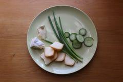 Jarski jedzenie talerz z serem, cebul flancami i pokrojonym ogórkiem, Fotografia Royalty Free