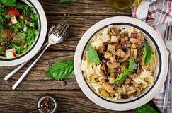Jarski makaron z pieczarkami, aubergines, oberżyny i sałatka, Zdjęcia Stock