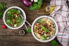 Jarski makaron z pieczarkami, aubergines, oberżyny i sałatka, Zdjęcia Royalty Free