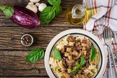 Jarski makaron z pieczarkami i aubergines, oberżyny Zdjęcie Royalty Free