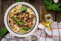 Jarski makaron z pieczarkami i aubergines, oberżyny Fotografia Stock