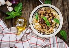 Jarski makaron z pieczarkami i aubergines, oberżyny Obraz Stock