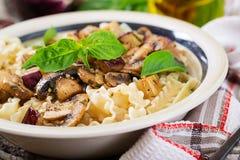 Jarski makaron z pieczarkami i aubergines, oberżyny Fotografia Royalty Free