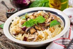 Jarski makaron z pieczarkami i aubergines, oberżyny Obrazy Stock