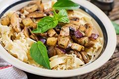 Jarski makaron z pieczarkami i aubergines, oberżyny Zdjęcie Stock