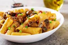Jarski makaronu rigatoni z pieczarkami i chili pieprzami obrazy stock