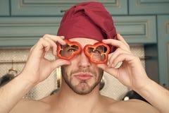 Jarski menu i zdrowa dieta Mężczyzna z czerwonego pieprzu plasterkami jak szkła Cook w szefa kuchni kapeluszu z nagimi ramionami  zdjęcie royalty free