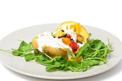 Jarski naczynie z potatos kwaśnej śmietanki serem i warzywami Obrazy Royalty Free