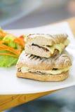 Jarski tuńczyk i ser wznosząca toast baguette kanapka Fotografia Stock