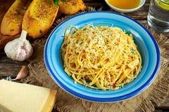 Jarski Włoski makaronu spaghetti Aglio E Olio z czosnku chlebem, czerwonym chili płatkiem, pietruszką, parmesan serem i glas, Obrazy Royalty Free