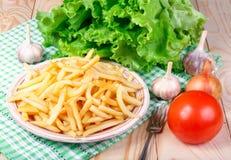 Jarskie lunch grule, pomidory i sałata na drewnianym stole, Zdjęcia Royalty Free