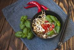 Jarskiego wietnamczyka stylu zupny pho z garnirunkami obraz royalty free