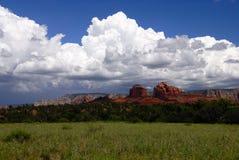 jaru chmury nad czerwieni skały burzą Fotografia Stock