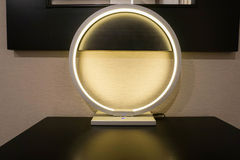 Jarzeniowa round nowożytna i luksusowa lampa w hotelowej sypialni Obraz Royalty Free