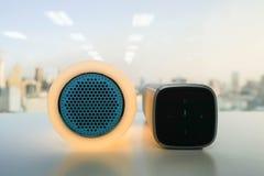 Jarzeniowy mówca w pomarańczowym kolorze i nowożytny bezprzewodowy mówca dla słuchać muzyka Obrazy Stock
