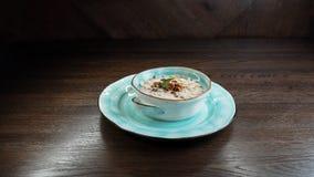 Jarzynowa śmietankowa kremowa polewka pieczarki z orzechami włoskimi i dyniowymi ziarnami na stole w restauracyjnej porcji orient obraz royalty free