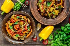 Jarzynowa gulasz sałatka: dzwonkowy pieprz, oberżyna, szparagowe fasole, czosnek, marchewka, leek Jaskrawi korzenni aromatyczni n Obrazy Stock
