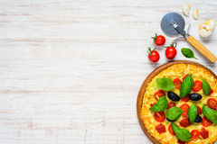 Jarzynowa pizza z pomidorem i czosnkiem na kopii przestrzeni Obraz Stock