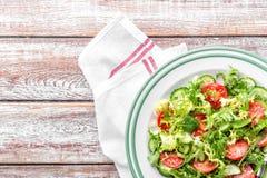 Jarzynowa sałatka świeży pomidor, ogórek, szpinak, frize i arugula na talerzu zdjęcie stock