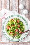 Jarzynowa sałatka świeży pomidor, ogórek, szpinak, frize i arugula na talerzu obraz royalty free