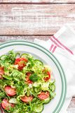Jarzynowa sałatka świeży pomidor, ogórek, szpinak, frize i arugula na talerzu fotografia royalty free