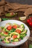 Jarzynowa sałatka z avocado, arugula, rzodkwią, wapnem i oliwa z oliwek, Żywienioniowy zdrowy jedzenie drewniany tło wieśniak Odg zdjęcie royalty free
