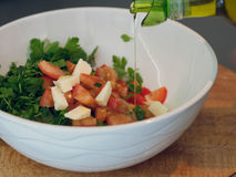 Jarzynowa sałaty sałatka Oliwa z oliwek dolewanie w puchar sałatka obrazy stock