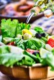 Jarzynowa sałaty sałatka Oliwa z oliwek dolewanie w puchar sałatka r Jarski weganinu jedzenie obrazy royalty free