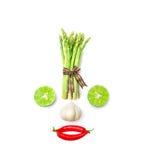 Jarzynowa uśmiechnięta twarz od czerwonego chili pieprzu, czosnku, asparagusa i wapna na białym tle, Obrazy Stock
