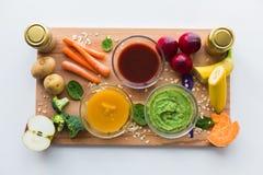 Jarzynowego puree lub dziecka jedzenie w szklanych pucharach Zdjęcie Royalty Free