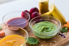 Jarzynowego puree lub dziecka jedzenie w szklanych pucharach Zdjęcia Stock