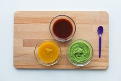 Jarzynowego puree lub dziecka jedzenie w szklanych pucharach Zdjęcia Royalty Free