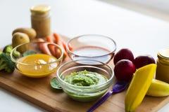 Jarzynowego puree lub dziecka jedzenie w szklanych pucharach Zdjęcie Stock