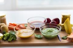 Jarzynowego puree lub dziecka jedzenie w szklanych pucharach Obraz Stock