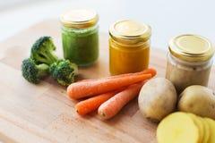Jarzynowego puree lub dziecka jedzenie w szklanych słojach obraz royalty free