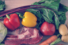 Jarzynowej polewki inkasowy mięso - grule, pomidory, marchewki, dziąsła Fotografia Royalty Free