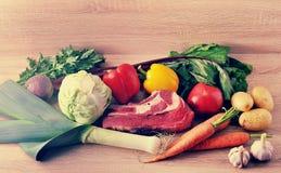 Jarzynowej polewki inkasowy mięso - grule, pomidory, marchewki, dziąsła Obrazy Stock