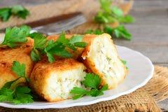 Jarzynowi cutlets z jajecznym farszem Cutlets zrazy gotujący od i faszerujący z gotowanymi pokrojonymi jajkami kalafioru i grul Zdjęcia Stock