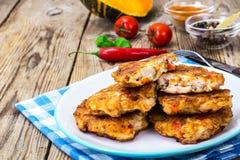 Jarzynowi cutlets z kurczakiem, pieprzami i banią, obrazy royalty free