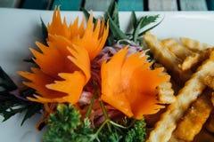 Jarzynowi sałatki i francuza dłoniaki french ścinku fry obraz wyizolowanego drogę blisko sałatka wystrzelona w górę warzywa Zdjęcia Stock