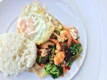 Jarzynowy dłoniaka naczynie z Tajlandzki zdrowy jedzenie smażącymi brokułami, pieczarką, marchewką, hearb, kałamarnicą i garnelą  Zdjęcia Royalty Free